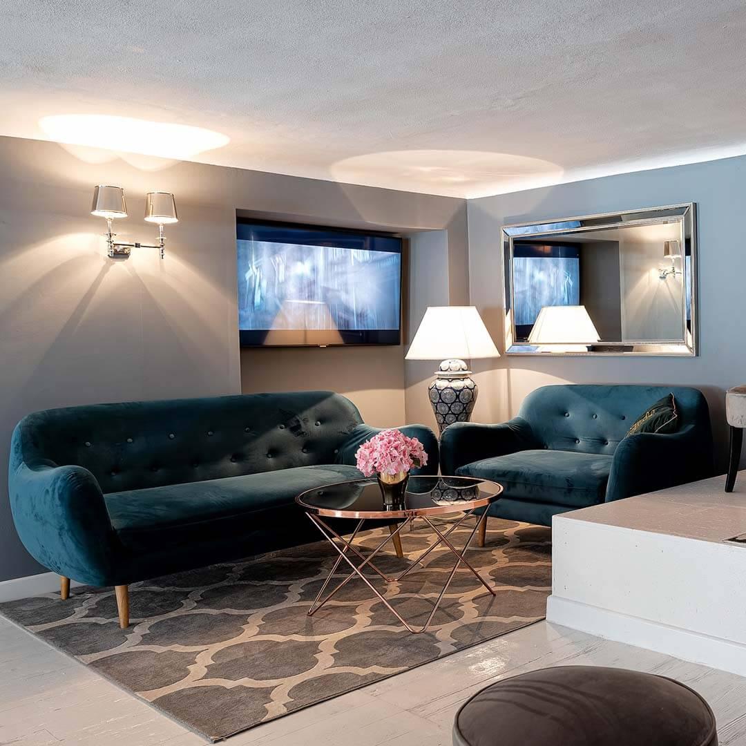 Sofa bleu foncé et fauteuil au style rétro Neve